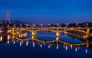 Blick auf eine Rheinbrücke in Basel