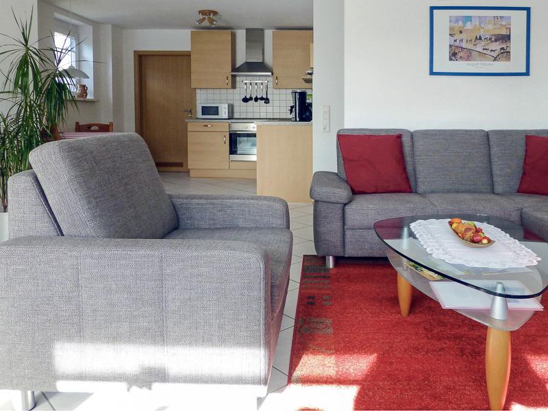 Wohnzimmer und Übergang zur Küche der Ferienwohnung REBLAND in Müllheim-Vögisheim
