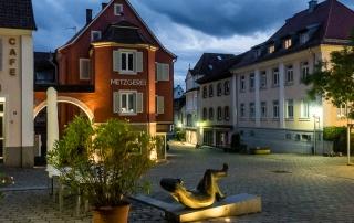 Abendliche Wilhelmstrasse in der Innenstadt von Müllheim