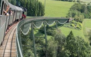 Fahrt der Sauschwänzlebahn über die historische Eisenbahnbrücke